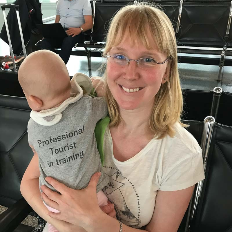 Baby mit Professional Tourist in Training Shirt